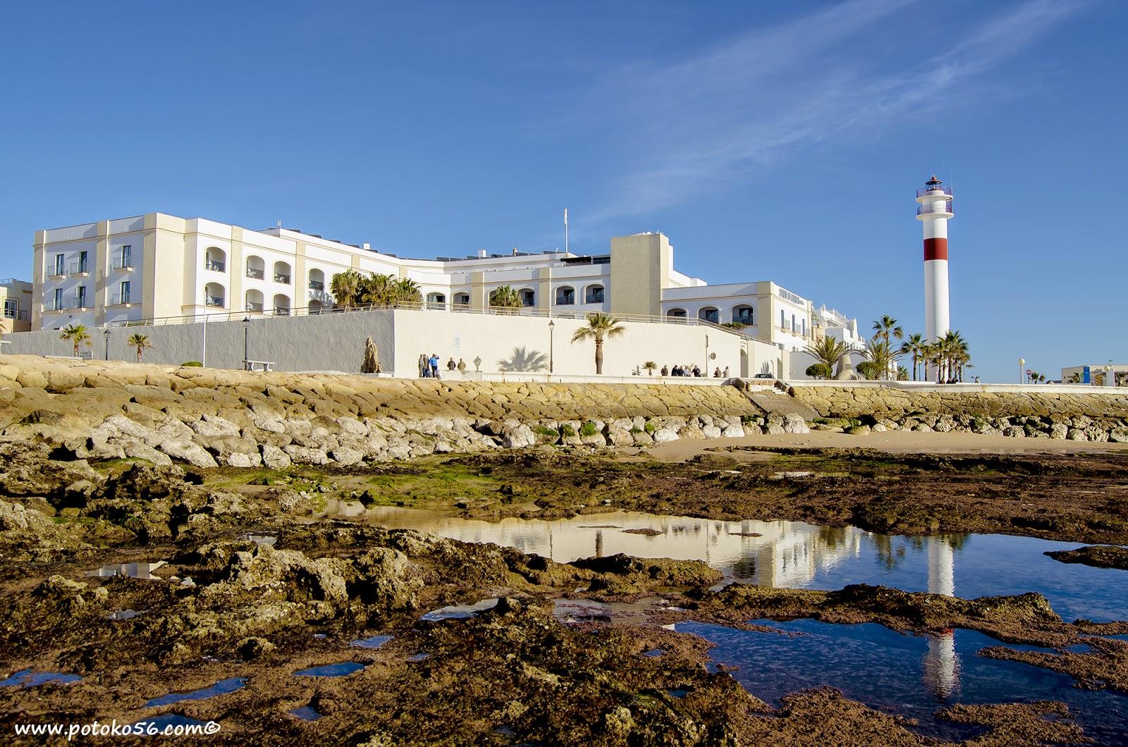 Hotel Duque de Nájera y el Faro en la bajamar Rota