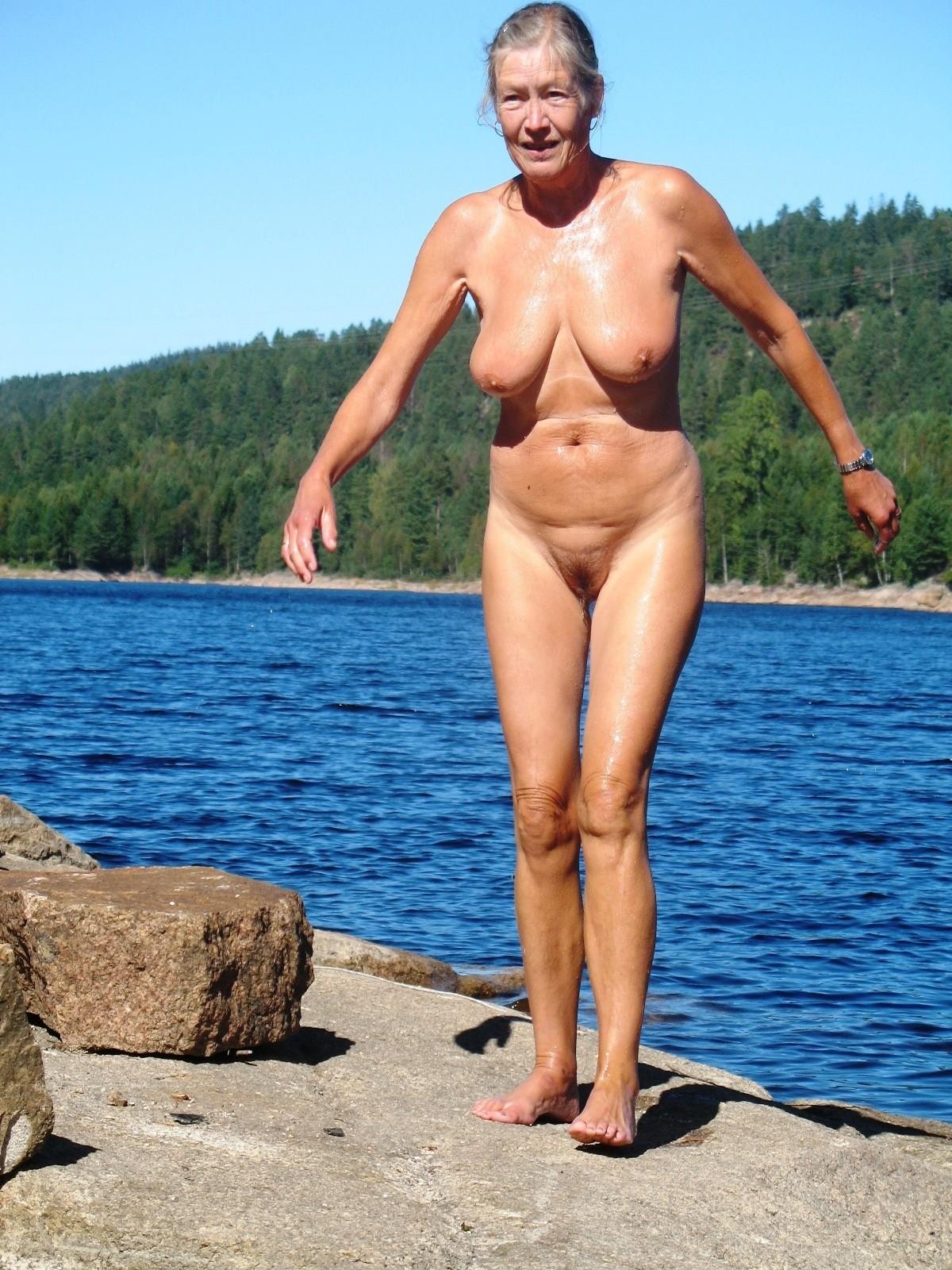 babushki-na-nudistskom-plyazhe