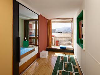 Apartment No. 50 in Marseille von Schweizer ECAL Designstudenten neu gestaltet - Büro und Schlafzimmer im Le Corbusier Design