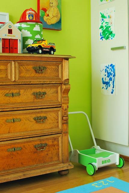 Värikäs lastenhuone ja tätien piironki
