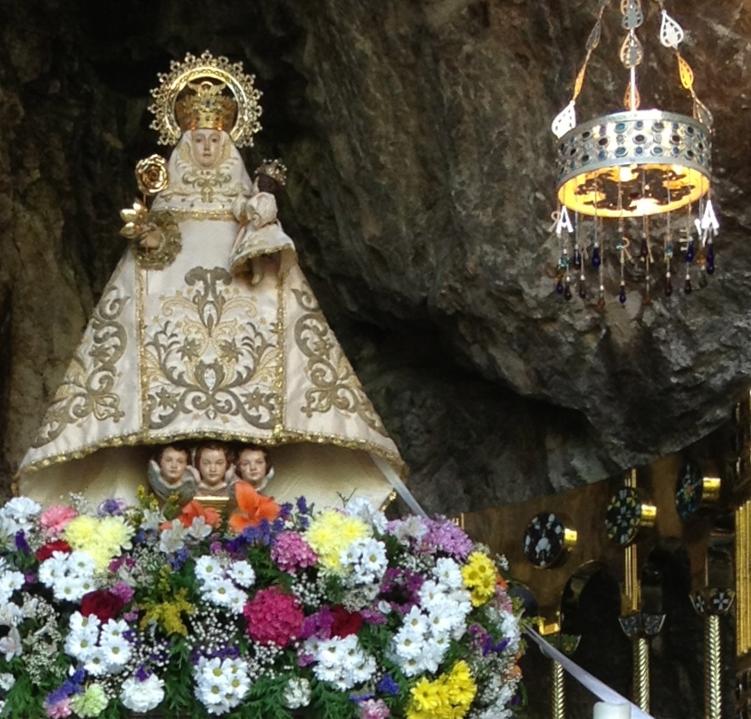 Virgen de Covadonga, la santina, en su cueva