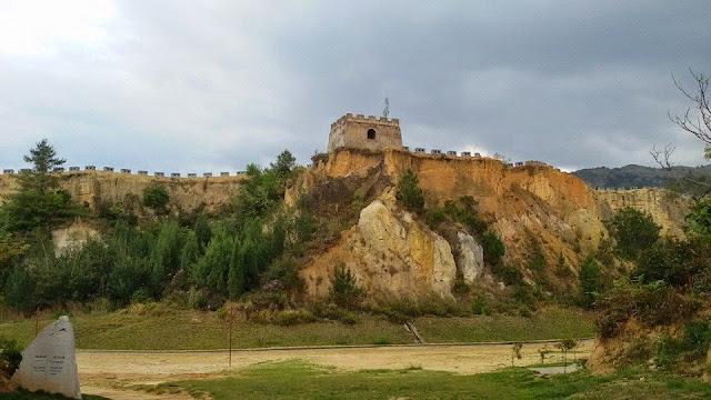 กำแพงเมืองจำลองในป่าทราย