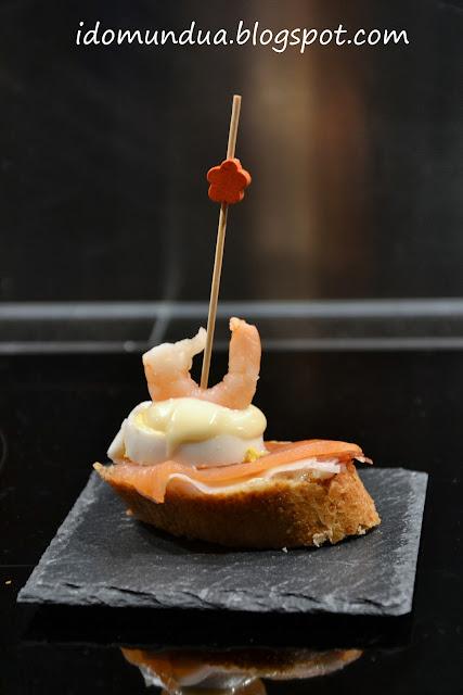 Pintxo de huevo, salmón, jamón y langostino