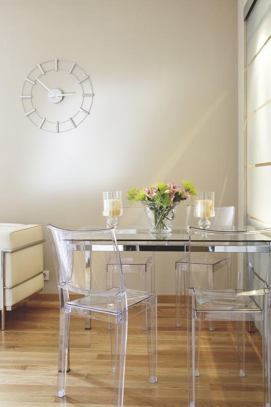 Amenajarea unui apartament tip vagon jurnal de design interior for Sillas transparentes comedor