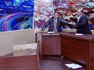 نائب أردني يشهر سلاحه بوجه أحد أنصار الأسد على الهواء