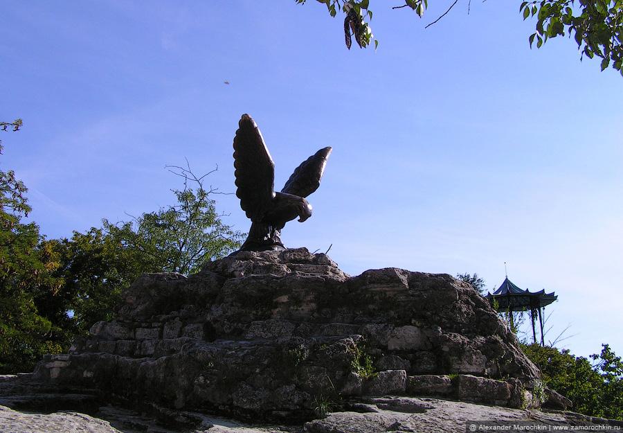 Скульптура орла на вершине горы Горячая в Пятигорске