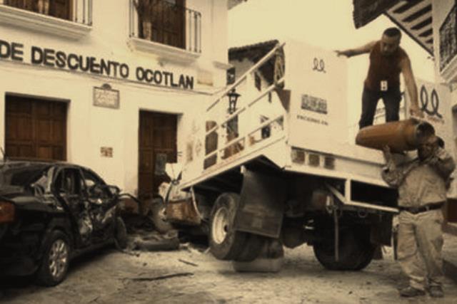 Camión repartidor de gas choca contra una casa