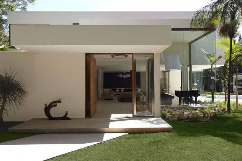 Entrance to the The Morumbi Residence by Drucker Arquitetura