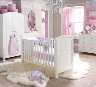 cuarto rosa y blanco de bebé