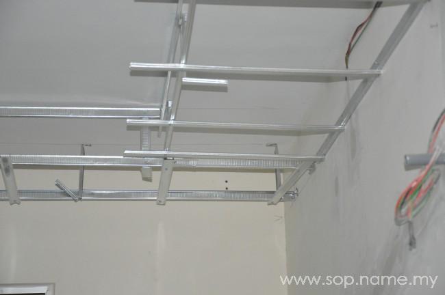 Proses pemasangan rangka siling kapur