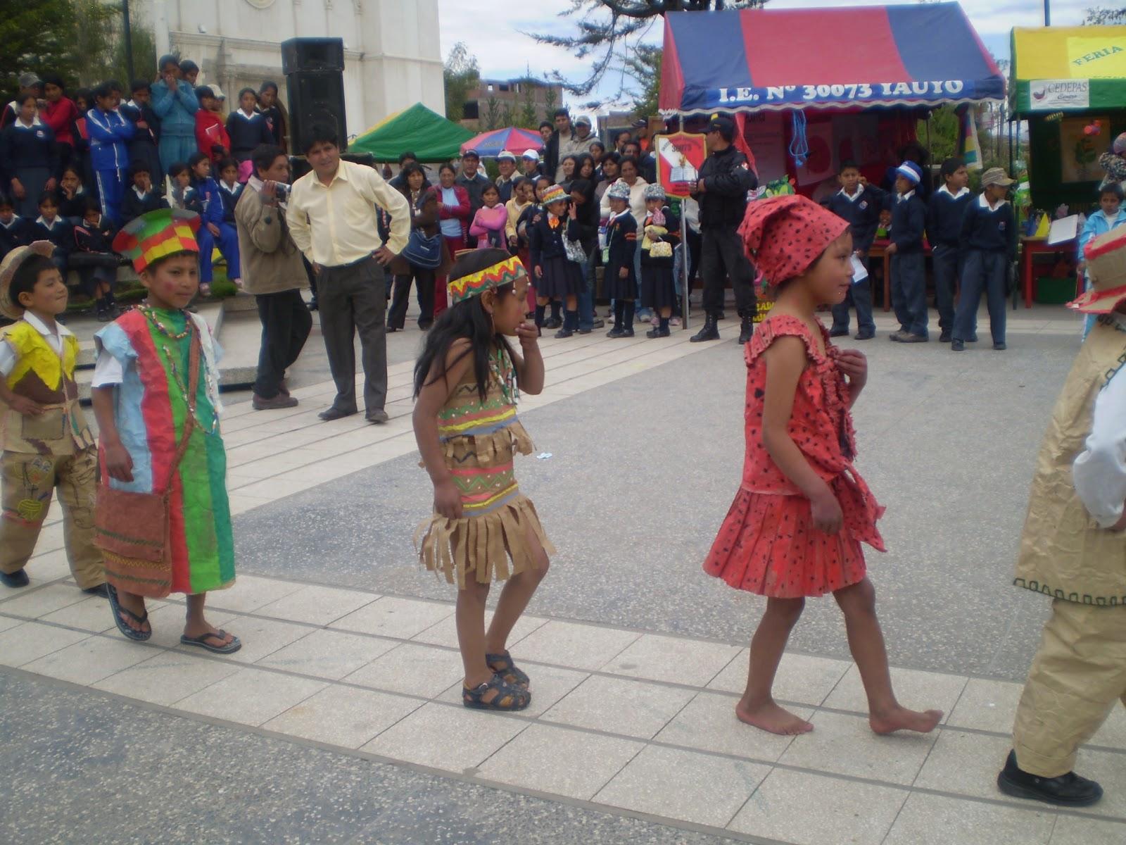 Con trajes típicos de material reciclado, jóvenes chupaquinos desfilaron en inusual pasarela