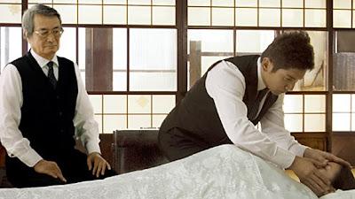 Sasaki ve Daigo ölüyü hazırlama töreninde