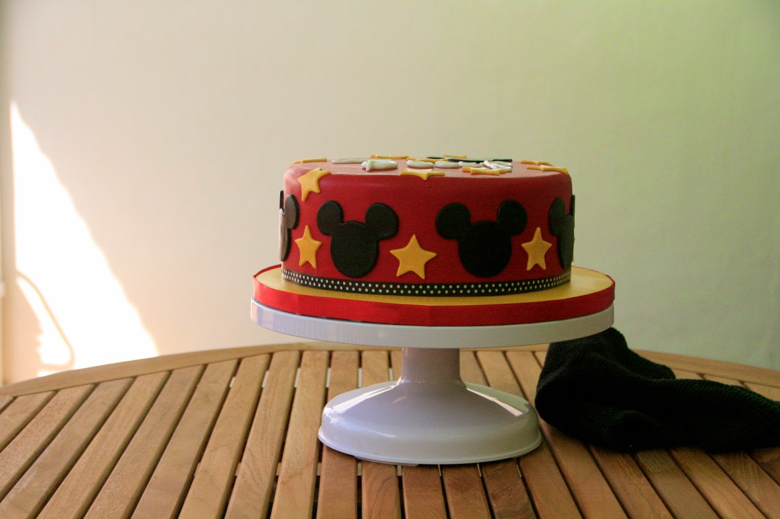 Tarta decorada amb fondant de Mickey Mouse