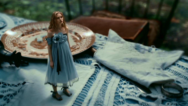 Anne hathaway alice in wonderland costume