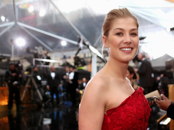 It's safe to say that work-out schedule is always a great option for power of beauty.  At least, Rosamund Pike has been already to translated those statement as she drawn her art to the 87th Annual Academy Awards in Hollywood on Sunday, February 22, 2015.