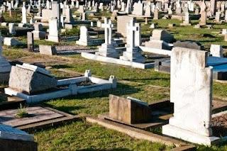 La mano del cementerio