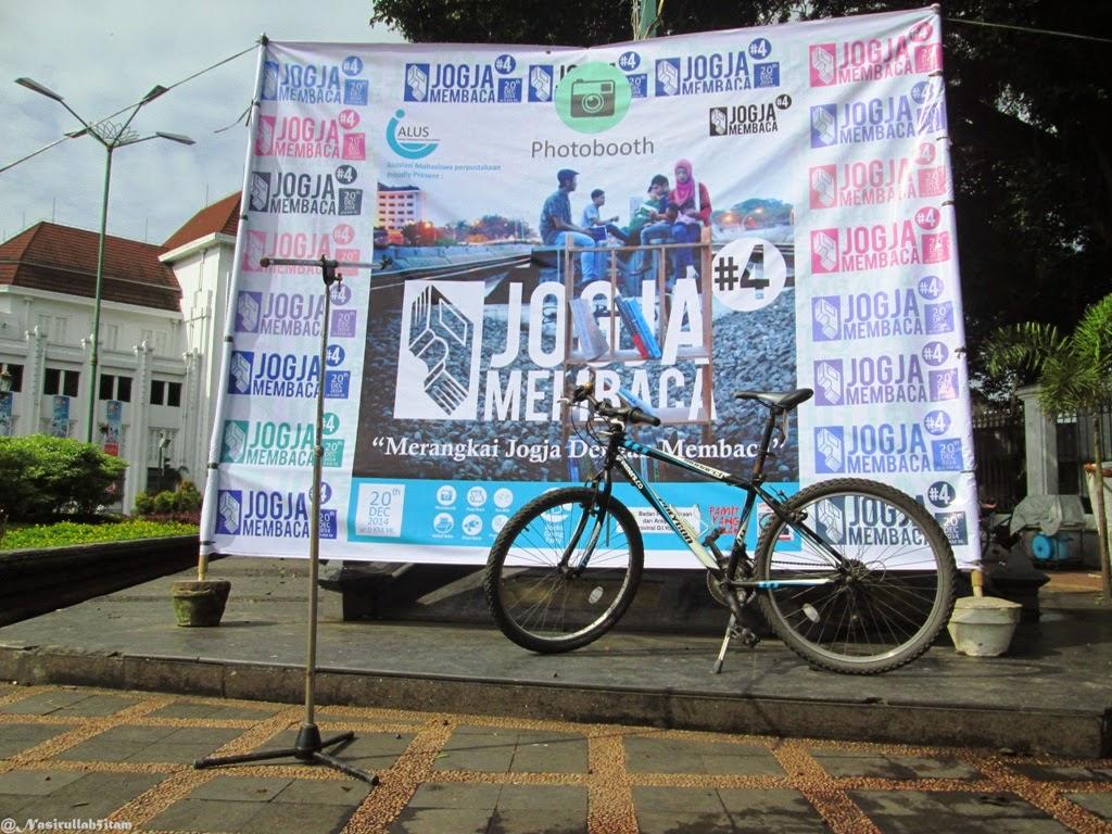 Papan tulisan Malioboro, dan Stand Jogja Membaca 4 di KM NOL