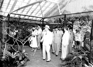 Soekarno dan PM Nehru di Kebun Raya Bogor....!!!