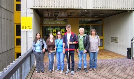 fotografia do grupo de participantes e acompanhantes, à porta do Centro BFW Düren