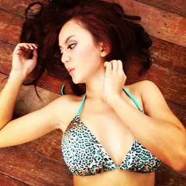 Foto Seksi Anggita Sari memakai bikini