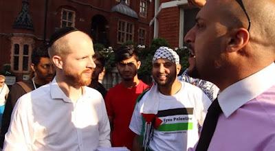Un valiente judío debate con musulmanes sobre el conflicto entre Israel y Gaza