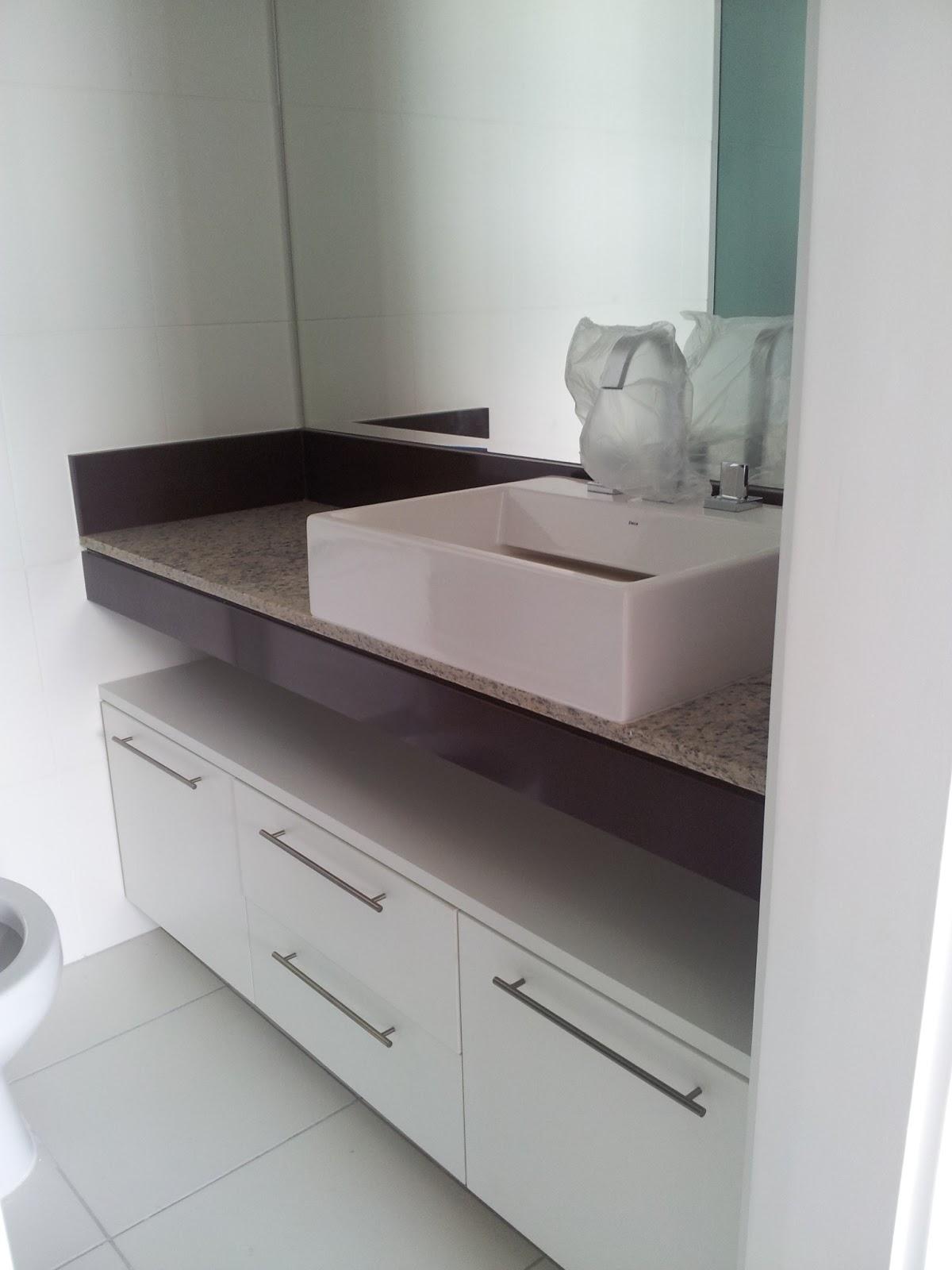 Banheiro suíte do casal Detalhe marcenaria frontispício e saia da  #392F30 1200x1600 Bancada Banheiro Rj