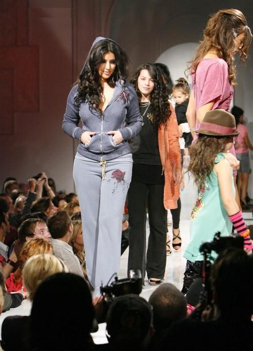 http://1.bp.blogspot.com/-c1ktjam-SRU/Te2tQ_s-pRI/AAAAAAAAELc/s5Cvg75hJlc/s1600/Kim_Kardashian_on_the_Ramp%2B%25283%2529.jpg
