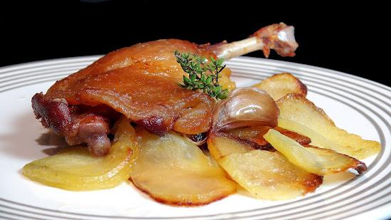 Cocinar para los amigos muslos de pato con patatas panadera for Cocinar para los amigos
