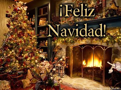 arbol de navidad con regalos y una chimenea
