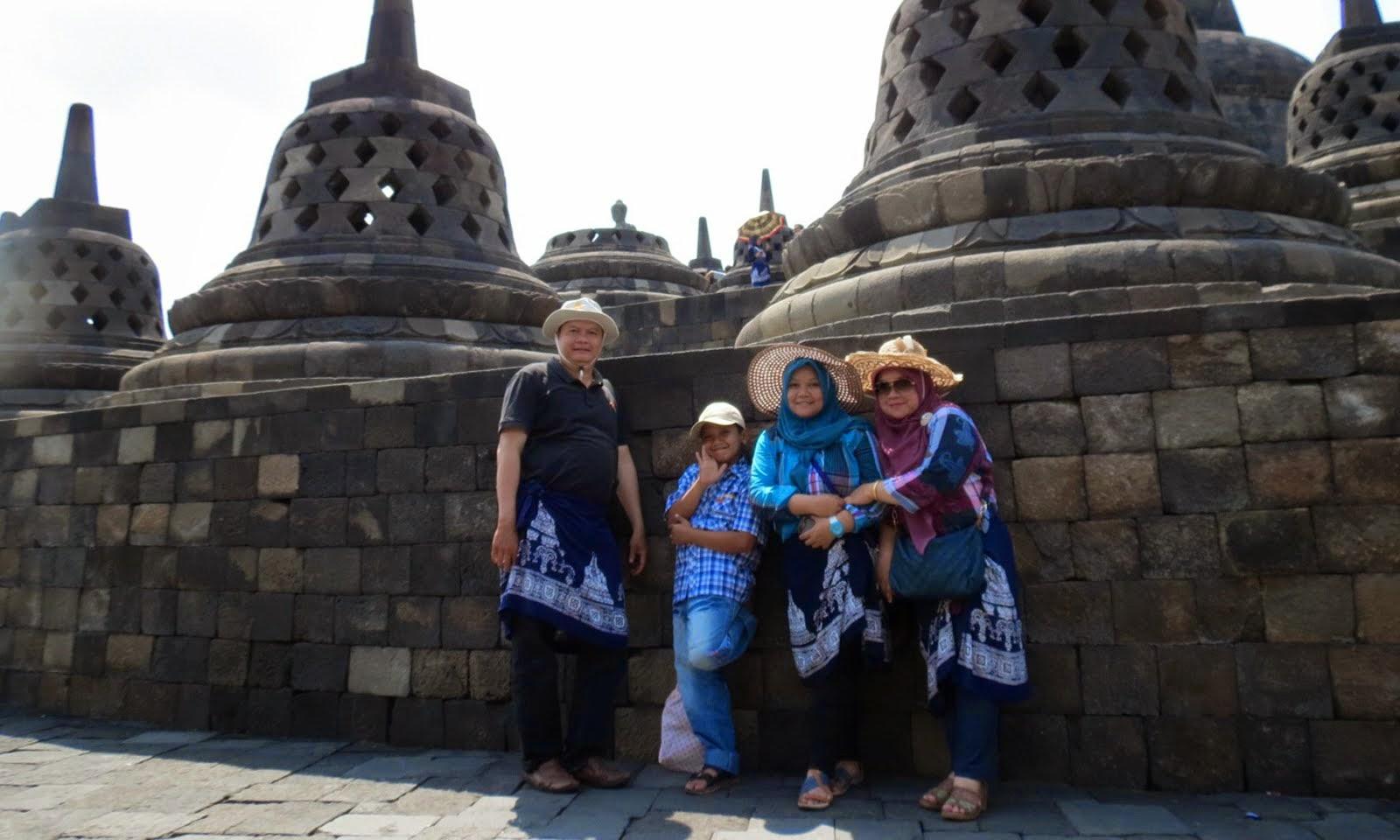 Bergaya di Candi Borobudur.