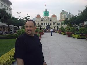 د. رشيد الطوخ في الساحة العامة لمدينة سايغون بفيتنام
