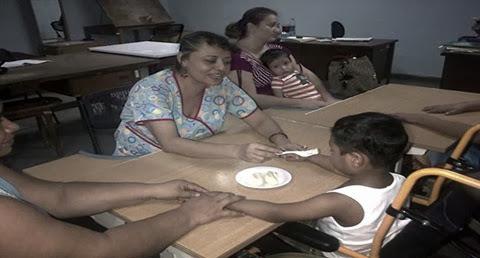 alimentando a un niño parálisis cerebral