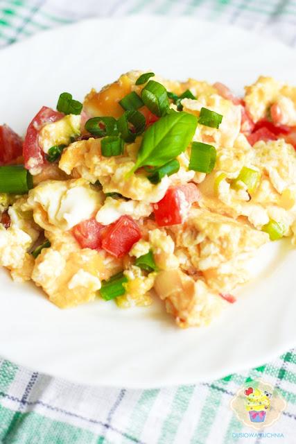 przepis na jajecznicę, jajecznica z pomidorem, jajecznica z dymką i pomidorem