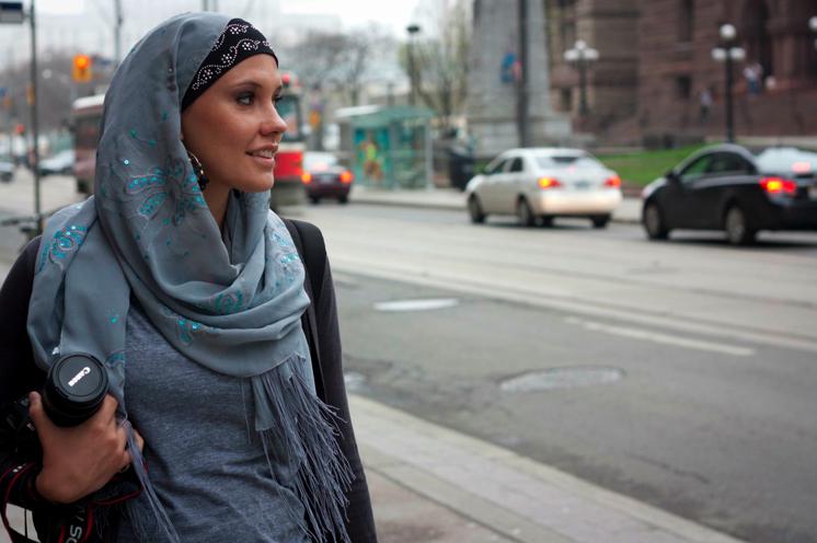 Hijab Menuntun Lisa Vogl-Hamid Kepada Islam