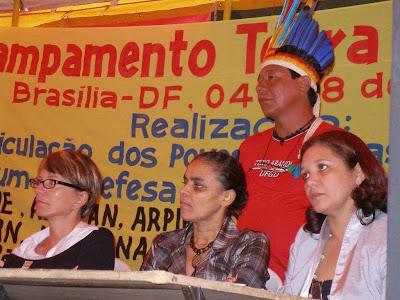 Índios com aliados no Acampamento Terra Livre, Brasília, Maio de 2009. Brasil está na mira da neoreligião comunista 'verde'.