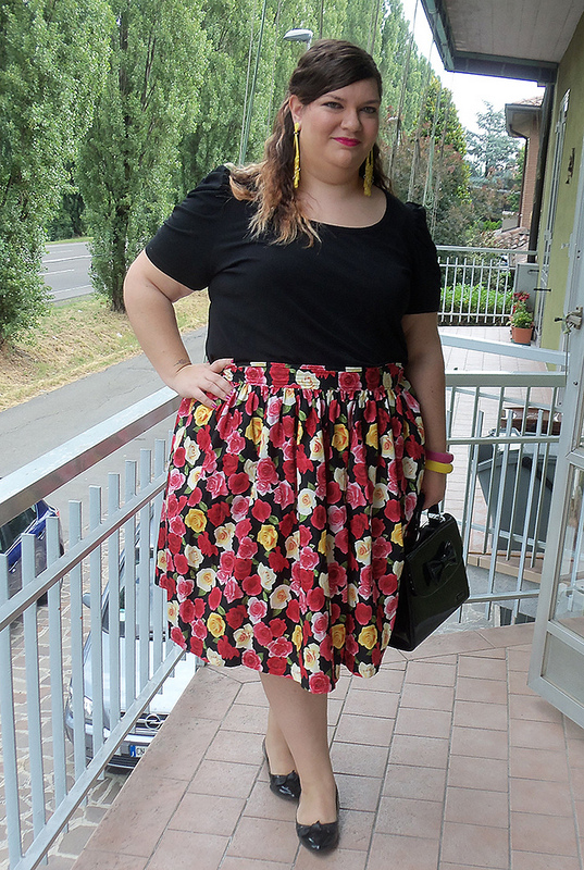 outfit plus size, taglie comode, con gonna a fiori presa su etsy, fatta su misura, shop Anyana, orecchini e bracciali Scintillante