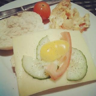 Frühstück C3 Aschaffenburg Brötchen Tomate Gurke Käse Rührei