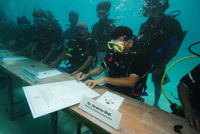 WORLD'S FIRST UNDERWATER CABINET MEETING