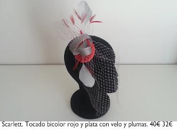 Tocado tela negra con motivos, flores de seda y velo