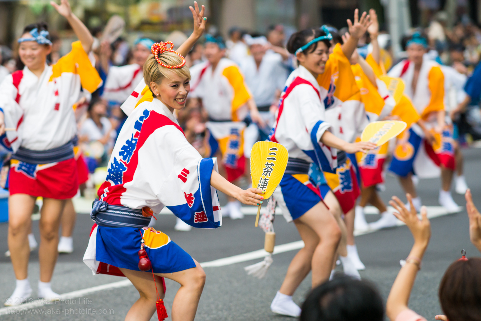 高円寺阿波踊り 三茶連の女性による団扇を使った男踊り