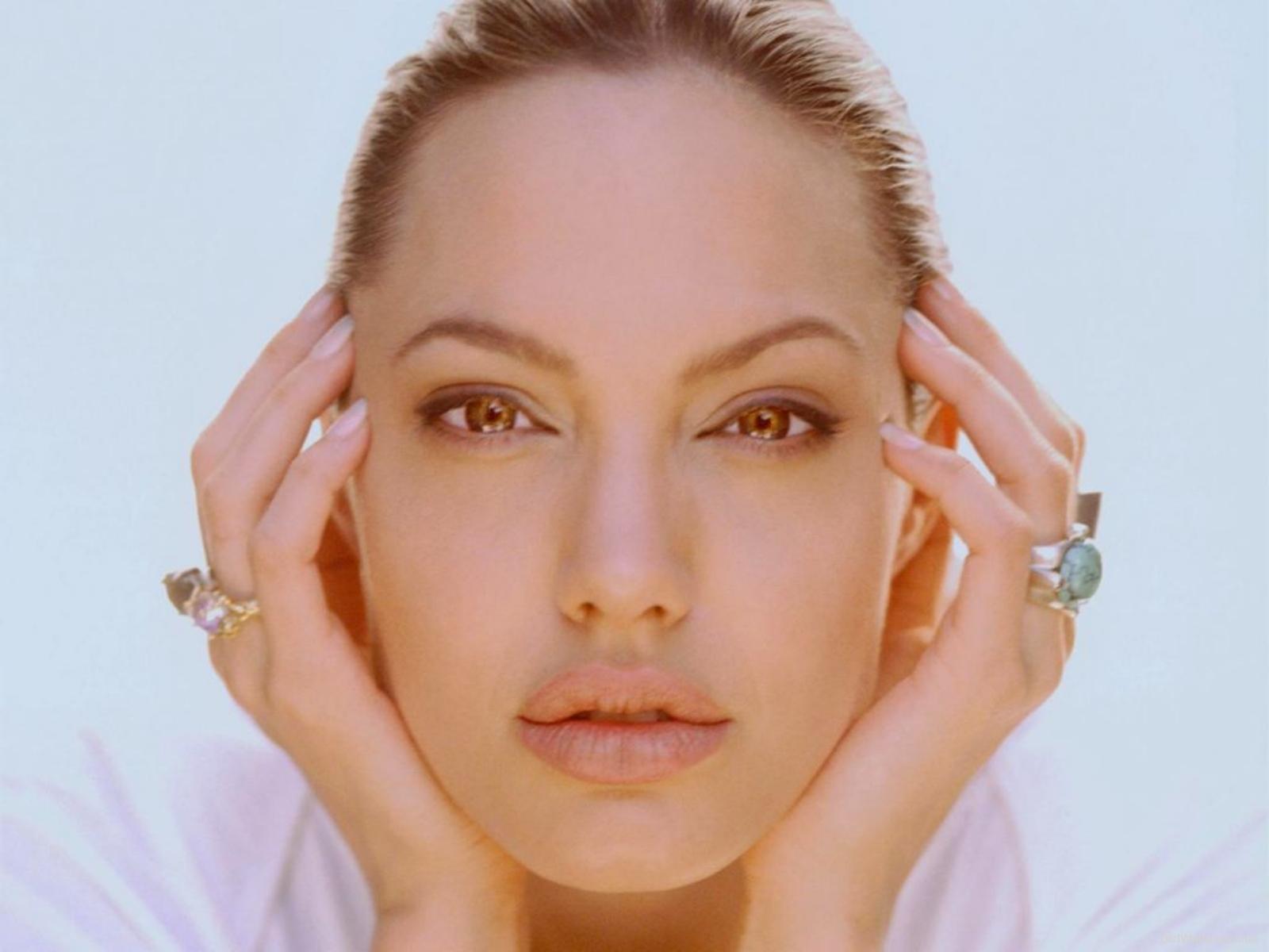 http://1.bp.blogspot.com/-c6GQ05lxwT8/T55qe9mmj5I/AAAAAAAABYM/mc96cLpuNEg/s1600/Angelina-Jolie-Clean-Face-Wallpaper.jpg