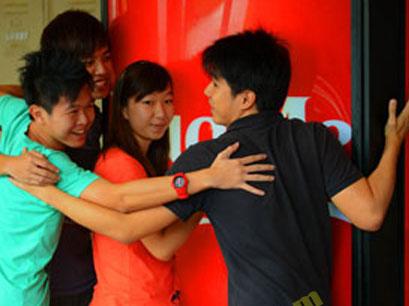 Unik Dan Aneh, Dapat Soda Gratis Dengan Pelukan Di Singapura [ www.BlogApaAja.com ]