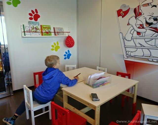 Viking Mariellan KIDS-leikkihuoneessa voi piirrellä / Uraäidin Ruuhkavuodet