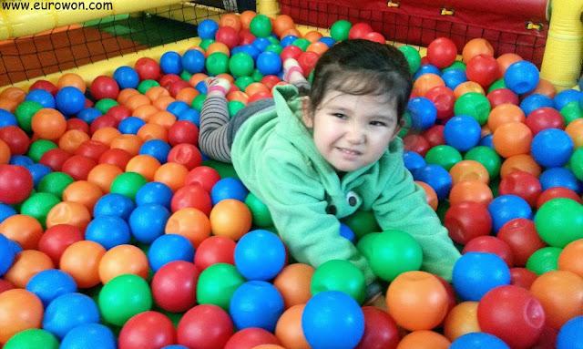 Sonia jugando en un parque de bolas