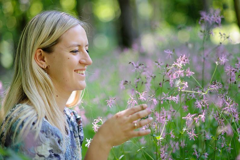 mergina prie lauko gėlių