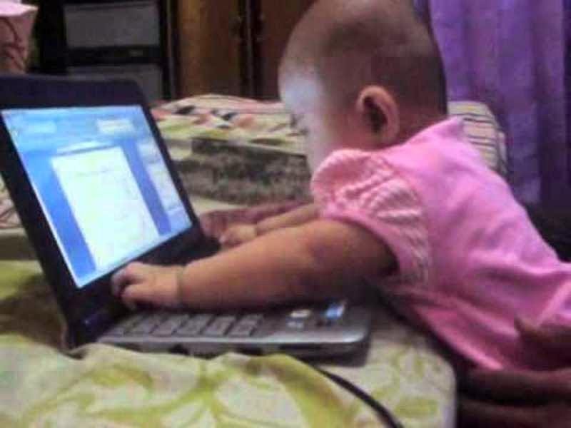 Gambar bayi keren bermain laptop seru banget