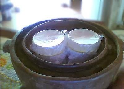 Caspian Sea Yogurt  no sistema pot-in-pot (pote dentro de pote) para estabilização da temperatura.