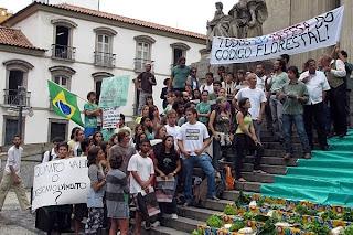 Manifestantes protestamem defesa do Código Florestal nas escadarias da Alerj, no Rio de Janeiro. Foto: Fábio Motta/AE