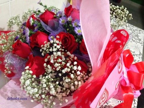 Adibah dapat bunga ros ketika Sambutan birthday di kedai Cotton Craft Shah Alam