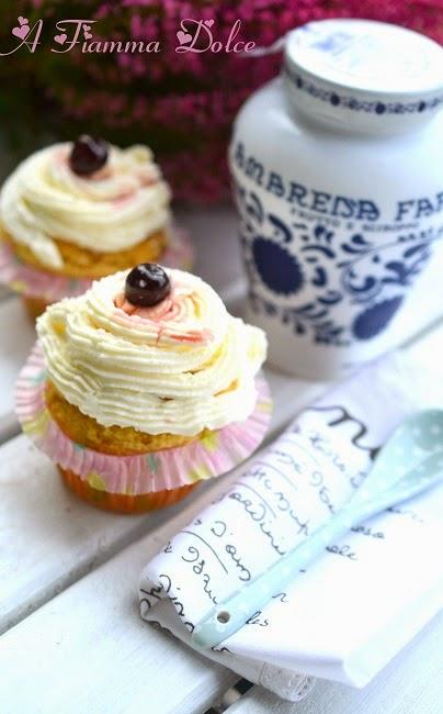 cupcake veg con chantilly al cocco e amarena